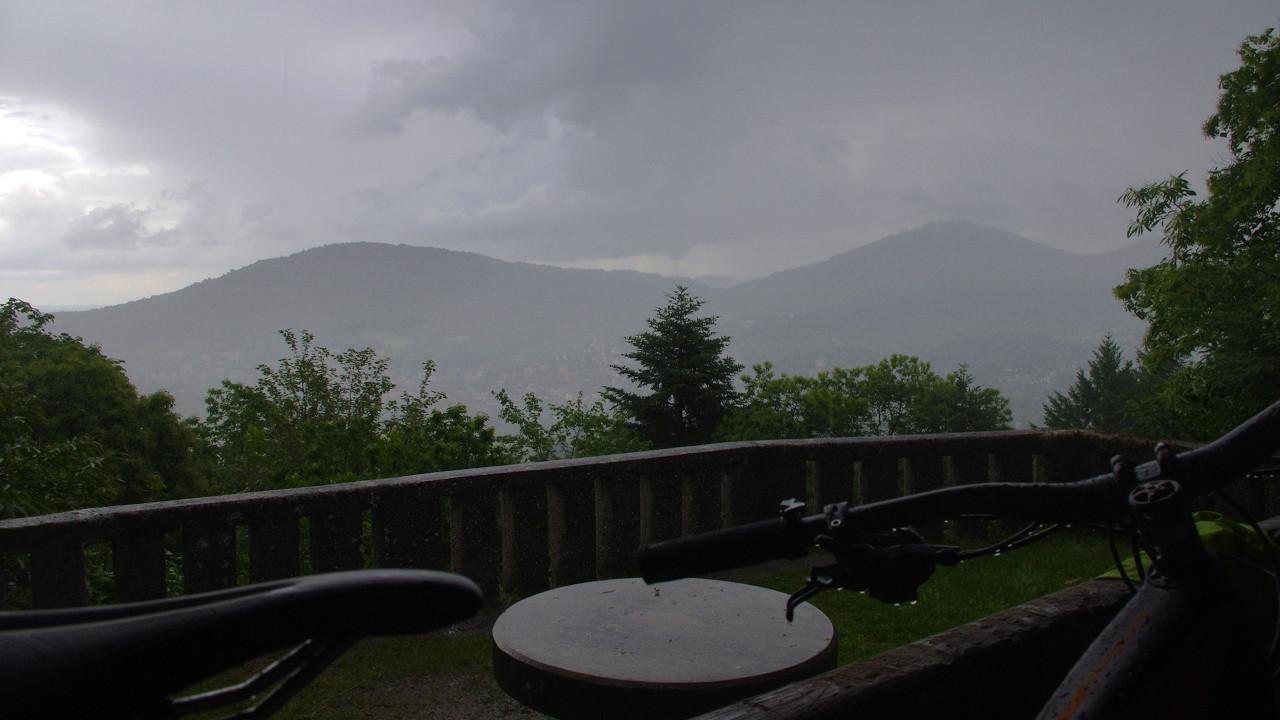 Blick auf Baden-Baden bei Sauwetter aus der Batschari Hütte