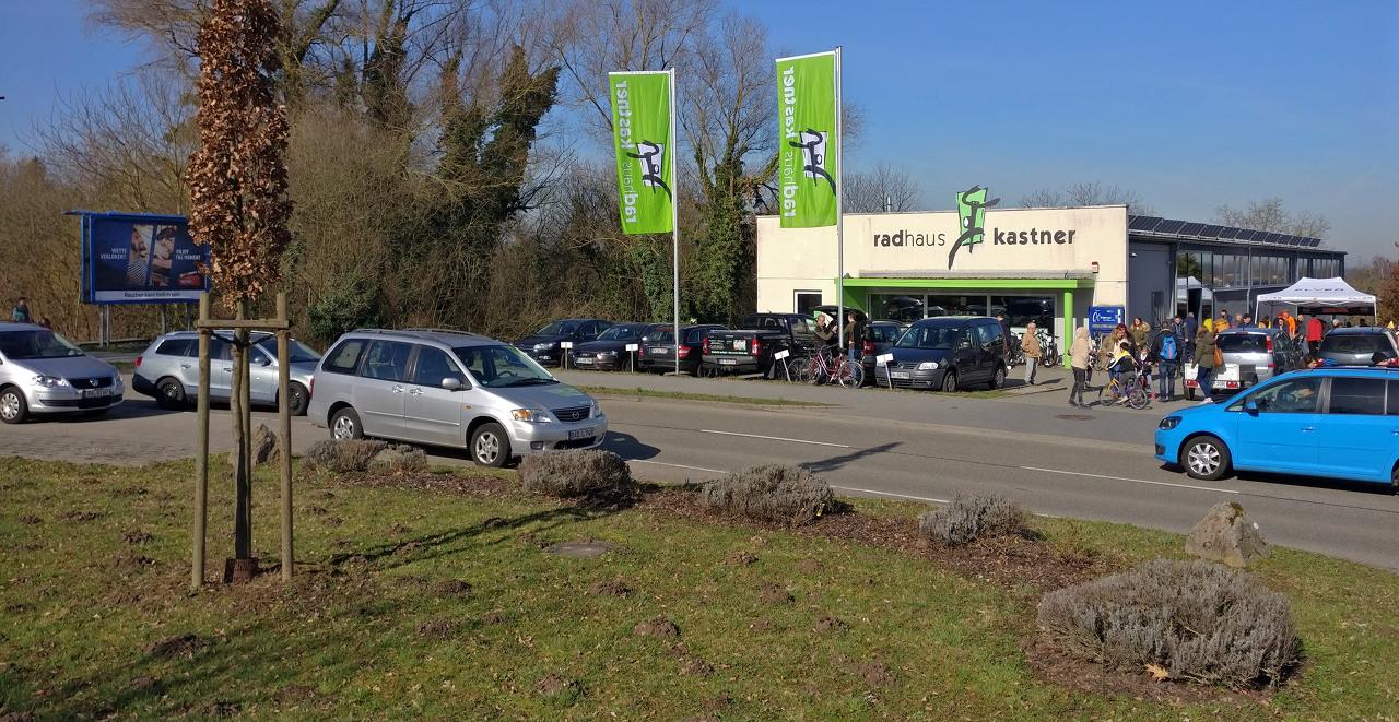 Radhaus Kastner wegen Kuppenheimer Radbörse zugeparkt