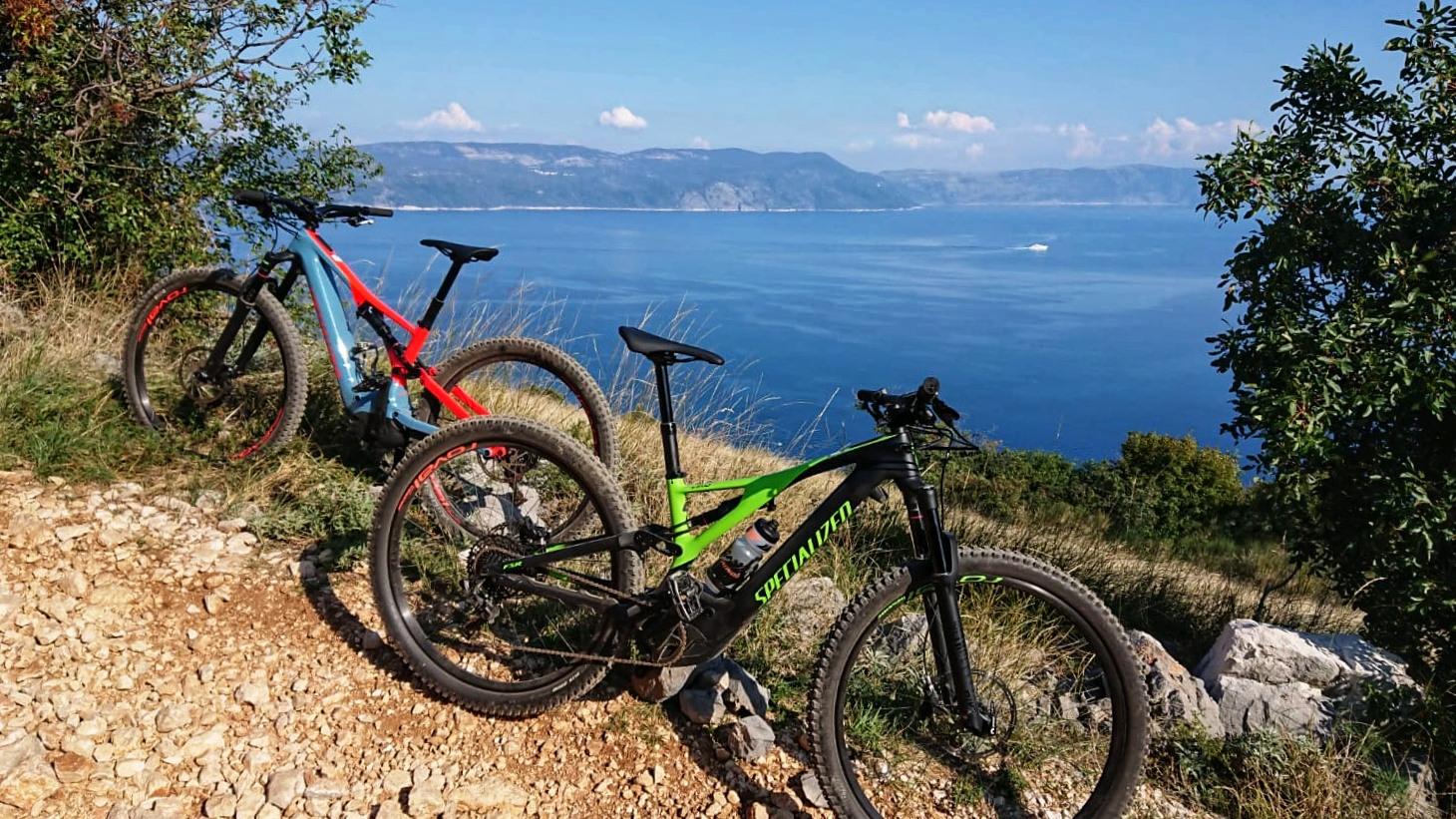 Specialized Turbo Levo vor Kroatiens Küste