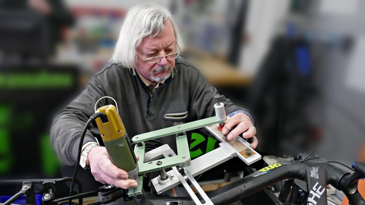 ADFC Mitglied Hermann Schneider codiert ein E-Bike